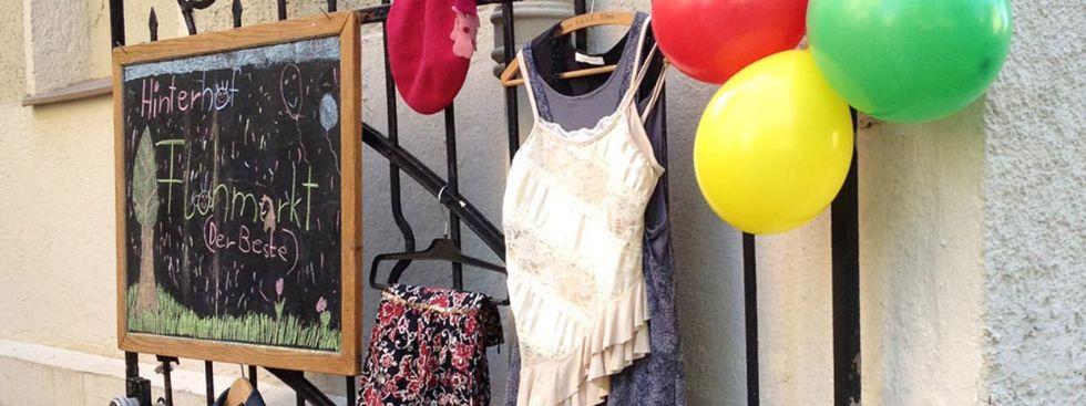 Hinterhofflohmarkt mit Luftballons, Kleidung und Tafel, Foto: Stadtfavoriten
