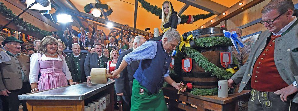 Der Münchner Oberbürgermeister Dieter Reiter (SPD) sticht am 17.09.2016, am Eröffnungstag des Oktoberfestes in München, das erste Fass Bier an. , Foto: dpa