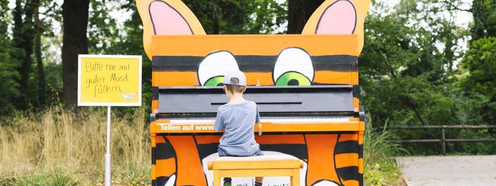 Kind am Klavier von Play Me I'm Yours, Foto: Vipasana Roy / Isarlust e.V.
