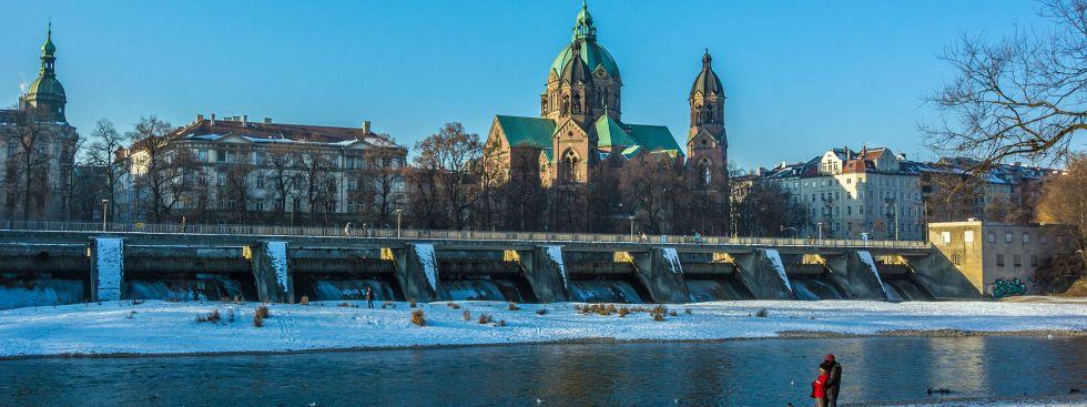 Die Kirche St. Lukas am Isarufer im Winter, Foto: muenchen.de/Michael Hofmann