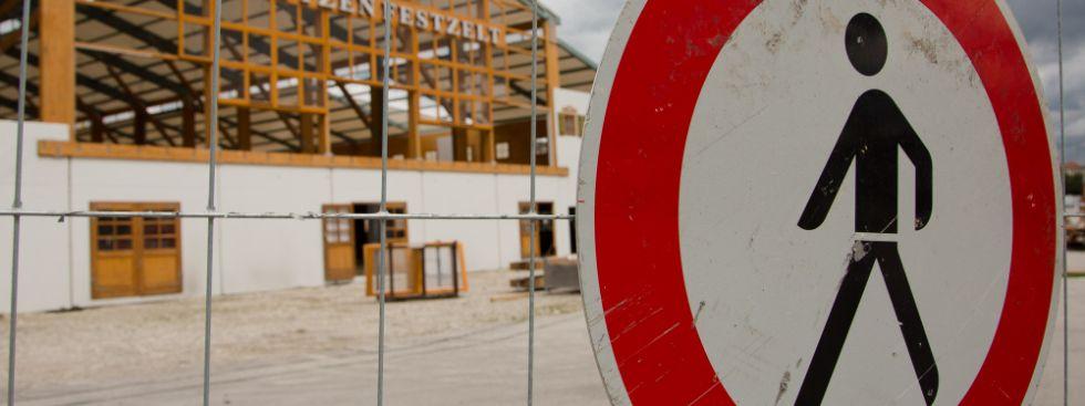 Durchgang Verboten Schild und Festzelt, Foto: Immanuel Rahman