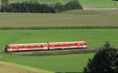 Der Filzenexpress unterwegs von Wasserburg (Inn) Bf nach Grafing Bf kurz vor Ebersberg.