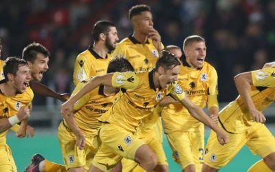 Die Münchner Spieler jubeln über ihren Sieg im Elfmeterschießen.