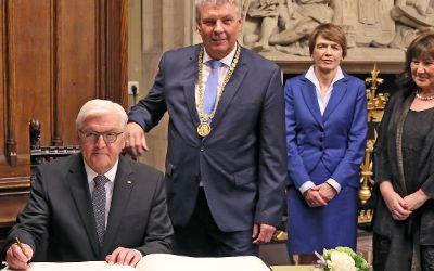 Bundespräsident Frank-Walter Steinmeier trägt sich ins Goldene Buch der Stadt ein.