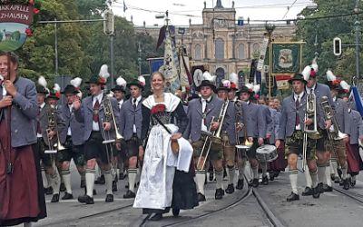 Der Trachten- und Schützenzug zum Oktoberfest