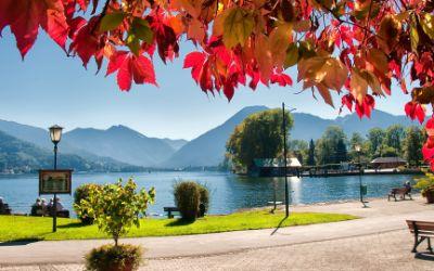 Urlauber genießen die warme Herbstsonne an der Seepromenade in Bad Wiessee.