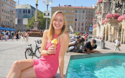 Junge Frau mit Eis am Münchner Fischbrunnen