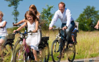 Eine Familie beim Fahrradausflug