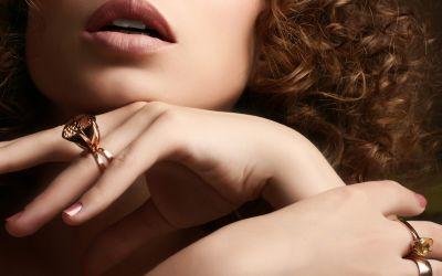 Frau mit Fingerringen