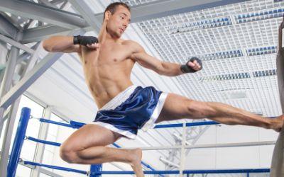 Kickboxer tritt Sandsack