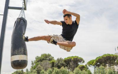 Kung Fu Kämpfer tritt gegen Sandsack