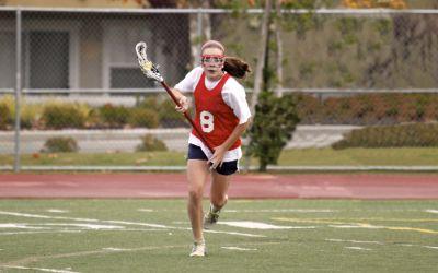Frau spielt Lacrosse