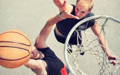 Basketball Zweikampf draußen