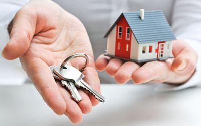 Eine Hand hält den Schlüssel, die andere Hand das passenden Haus dazu.