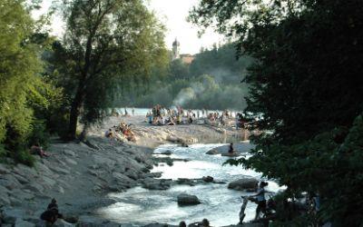 Sommer am Flaucher: Grillen an der Isar.