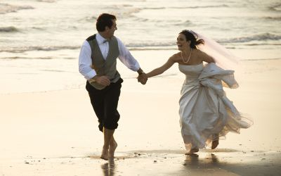 Frisch verheiratetes Ehepaar am Strand