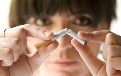 Junge Frau zerknickt Zigarette