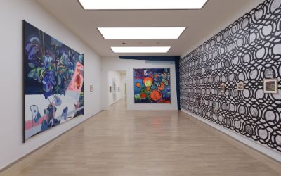 Ausstellungsansicht: Mentales Gelb. Sonnenhöchststand – Die Sammlung KiCo. (Charline von Heyl, Blue Eye, 2008 / Plaisir Noir, 2007 / Zenge, 2012 / Howl, 2015 (v.l.n.r.) Im Hintergrund Karla Black, Eventually Benign, 2017 (Detail))