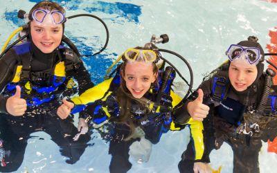 Die Reise- und Freizeitmesse f.re.e: Drei Kinder im Tauchbecken