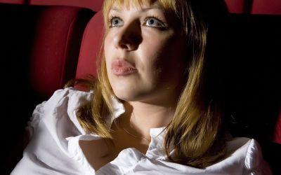 Frau im Kinosessel