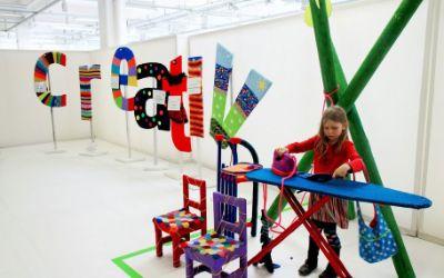 Mädchen bügelt auf der Creativmesse