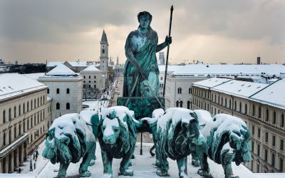 Die Bavaria im Schnee in München