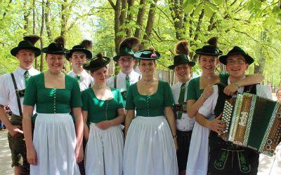 Maifest im Tierpark Hellabrunn bietet nicht nur tierische Gesellschaft sondern auch bayerische Traditionen.