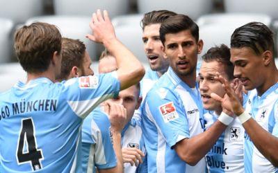 Die Spieler von 1860 jubeln über das Führungstor von Rubin Okotie (r.) gegen Bochum