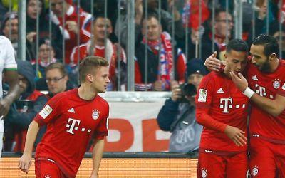 Benatia beglückgünscht Thiago zu seinem Treffer zum 1:0.