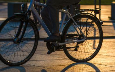 Radfahrer bei Nacht.