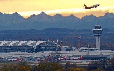 Der Flughafen München in der Dämmerung