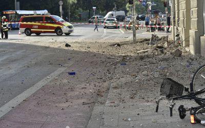Abbruch eines Dachgesims an einem Wohngebäude in der Kapuzinerstraße / Ecke Baldeplatz