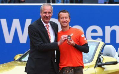 Philipp Kohlschreiber und Dr. Klaus Draeger vor dem Siegerfahrzeug.