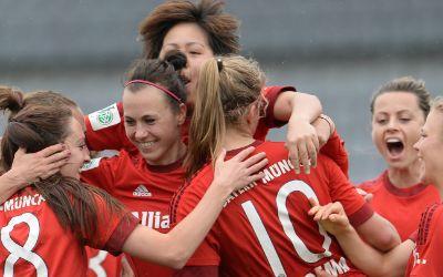 Die Spielerinnen des FC Bayern feiern den Meistertitel.