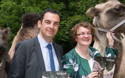 Tierparkchef Rasem Baban und Bürgermeisterin Christine Strobl stellen den Geschäftsbericht 2015 des Tierparks Hellabunn vor