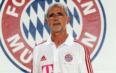 Gerd Müller vor dem Logo des FC Bayern München