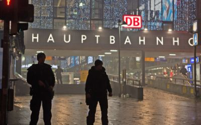 Polizisten sichern an Silvester nach einer Terrorwarnung den Münchner Hauptbahnhof.