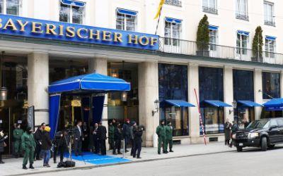 Polizisten vor dem Hotel Bayerischer Hof Sicherheitskonferenz 2015
