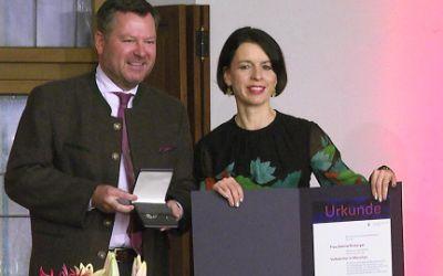 Preisträgerin Sabine Rinberger mit Bürgermeister Josef Schmid