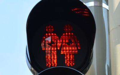 Ampel in der Isarvorstadt mit Toleranzschablone in Rot