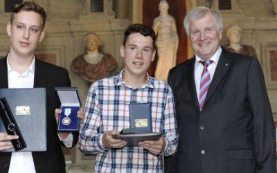 Die Münchner Schüler Oliver Kirga und Arbon Binaku erhalten die bayerische Rettungsmedaille von Ministerpräsident Horst Seehofer