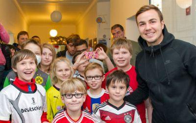 Mario Götze besucht Schwabinger Kinderklinik