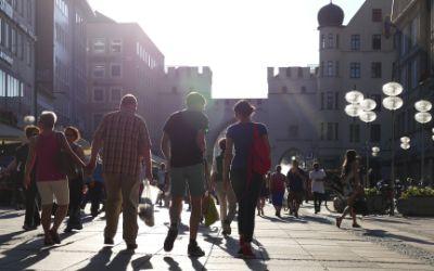 Passanten in der Neuhauser Straße vor dem Karlstor bei Sonnenuntergang