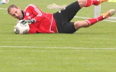FC Bayern Torwart Tom Starke bei einer Parade im Training