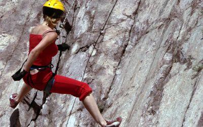 Bergsteigerin an Felswand