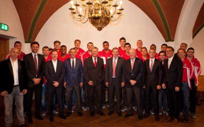 Die Spieler des FC Bayern Basketball werden im Rathaus geehrt.