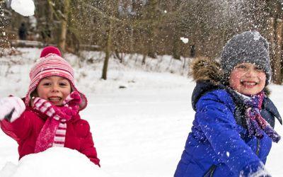 Winter in München: Schneeballschlacht mit Kindern