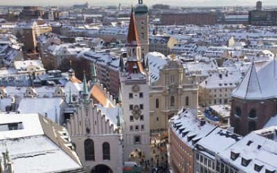 Blick auf das verschneite München in Richtung des Alten Rathaus