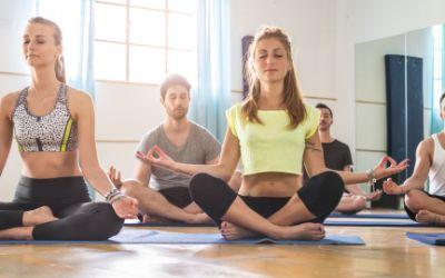 Yoga-Gruppe im Lotussitz