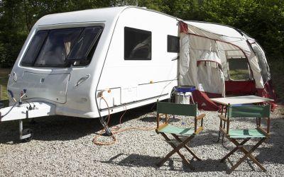 Wohnwagen und Campingstühle